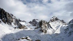 Panoramautsikt av vinterbergen kyrgyzstan Alun-Archa stock video