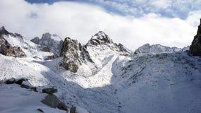Panoramautsikt av vinterbergen kyrgyzstan Alun-Archa arkivfilmer