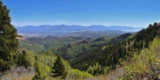 Panoramautsikt av Wasatch Front Rocky Mountains från de Oquirrh bergen, vid den Kennecott Rio Tinto Copper minen, Utah sjön och G Royaltyfri Bild