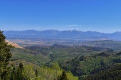 Panoramautsikt av Wasatch Front Rocky Mountains från de Oquirrh bergen, vid den Kennecott Rio Tinto Copper minen, Utah sjön och G Arkivbild