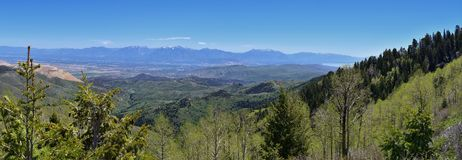 Panoramautsikt av Wasatch Front Rocky Mountains från de Oquirrh bergen, vid den Kennecott Rio Tinto Copper minen, Utah sjön och G Arkivfoton