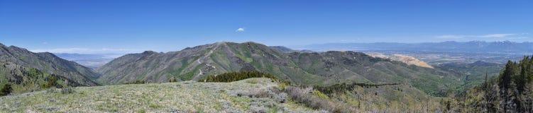 Panoramautsikt av Wasatch Front Rocky Mountains från de Oquirrh bergen, vid den Kennecott Rio Tinto Copper minen, Utah sjön och G Royaltyfri Fotografi