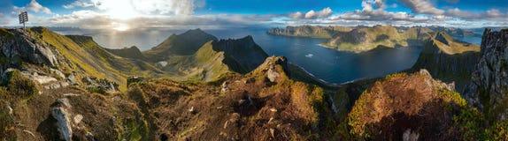 Panoramautsikt från det Husfjellet berget på den Senja ön Arkivfoton
