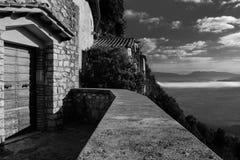 Panoramautsikt från en forntida religiös kloster i Umbria Italy royaltyfri bild