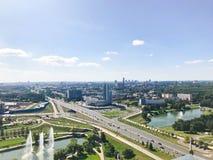 Panoramautsikt från en stor höjd på den härliga huvudstaden, en stad med många vägar och höghus arkivfoto