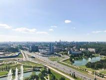 Panoramautsikt från en stor höjd på den härliga huvudstaden, en stad med många vägar och höghus fotografering för bildbyråer