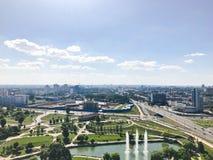 Panoramautsikt från en stor höjd på den härliga huvudstaden, en stad med många vägar och höghus royaltyfri foto