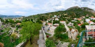 Panoramautsikt från fästningväggen av stadsstången i utlöpare, Mont Arkivfoto
