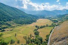 Panoramautsikt från Opi, lantlig by i den Abruzzo nationalparken, landskap av L ` Aquila, Italien Fotografering för Bildbyråer