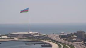 Panoramautsikt från ovannämnt till staden av Baku, Azerbajdzjan Trafikdrev till och med gatorna stock video