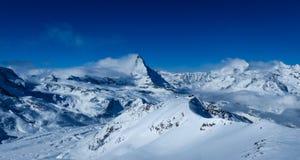 Panoramautsikt från Stockhorn nära Zermatt över de schweiziska fjällängarna och Matterhornen royaltyfri fotografi