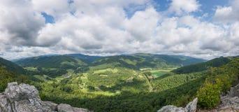Panoramautsikt från uppe på Seneca Rocks i West Virginia arkivbild