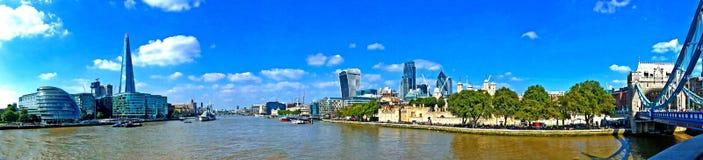 Panoramautsikt för flodThemsenLondon landskap Arkivbilder