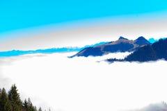 Panoramautsikt i de Kaiser bergen i Tyrol i Österrike arkivbilder