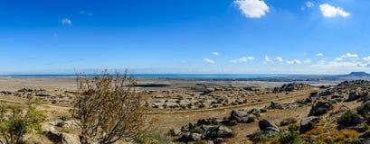 Panoramautsikt i den Gobustan nationalparken i Azerbajdzjan Fotografering för Bildbyråer