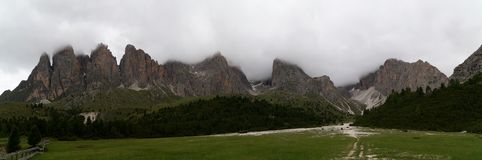 Panoramautsikt i löst landskap i område för högt berg Arkivfoto