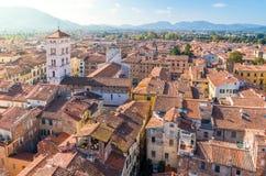 Panoramautsikt i Lucca med San Michele al Foro Church italy tuscany arkivfoto