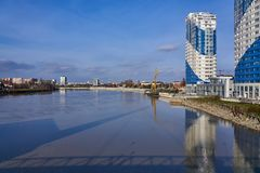 Panoramautsikt i området av den Kuban floden, som reflekterar staden av Krasnodar arkivbild