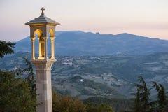 Panoramautsikt i San Marino i den sena aftonen i sommar arkivbild