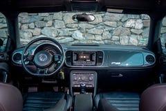 Panoramautsikt inom cockpiten för kupésportbil, modern instrumentbräda, läderplatser, kromprydnader, framsäten Royaltyfria Bilder