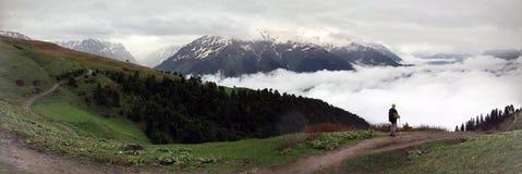 Panoramautsikt med en översikt som fotvandrar i bergen nära Mestia, Georgia Fotografering för Bildbyråer
