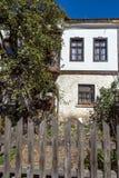 Panoramautsikt med gamla hus i stad av Shiroka Laka, Bulgarien royaltyfria bilder