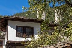 Panoramautsikt med gamla hus i stad av Shiroka Laka, Bulgarien royaltyfri fotografi