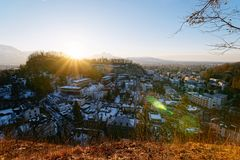 Panoramautsikt med landskap i den gamla stadsSalzburg Monchsberg solnedgången royaltyfria foton