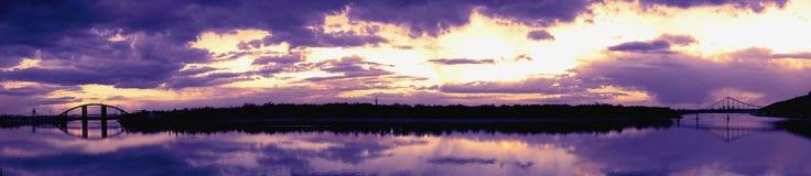 Panoramautsikt med reflexion för två broar i vattenyttersida av floden Dnieper Dnipro, Dnepr Royaltyfria Foton
