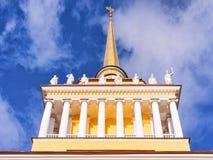 Panoramautsikt med tornspiraAmiralitetet byggnad i St Petersburg, i Ryssland arkivbild