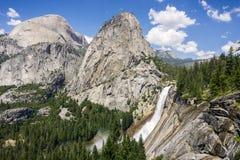 Panoramautsikt in mot Nevada Fall och Liberty Cap, Yosemite nationalpark, Kalifornien Royaltyfri Bild