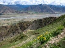 Panoramautsikt nära den Ganden kloster, Tibet, Kina royaltyfri foto