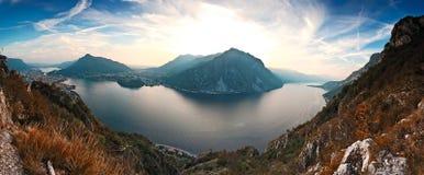 Panoramautsikt ovanför den sceniska Como sjön och fjällängar I Arkivbild