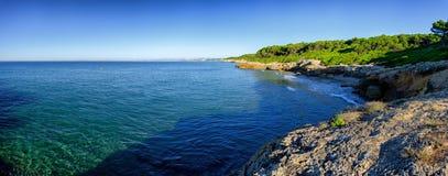 Panoramautsikt på åtskilliga steniga hamnar nära Tarragona, Spanien royaltyfria bilder