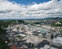 Panoramautsikt på abbotskloster för St Peter ` s och den gamla staden av Salzburg Royaltyfria Foton