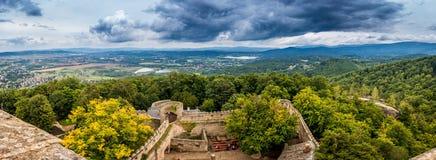 Panoramautsikt på borggården från den populära Chojnik slotten i Polen royaltyfria bilder