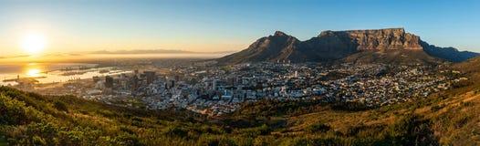 Panoramautsikt på Capetown stundsoluppgång arkivbild