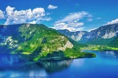 Panoramautsikt på den österrikiska bergfjälläng sjön Arkivfoto