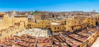 Panoramautsikt på den Chouwara garveriet i den gamla medinaen av Fez - Marocko royaltyfria bilder