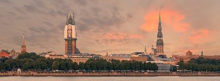 Panoramautsikt på den gamla Riga staden med renovering av kupolkyrkan, Lettland Arkivfoton