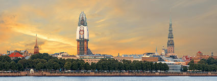 Panoramautsikt på den gamla Riga staden med renovering av kupolkyrkan, Lettland Royaltyfri Fotografi