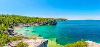 Panoramautsikt på den indiska Head lilla viken i Bruce Peninsula National Park - Kanada royaltyfria bilder