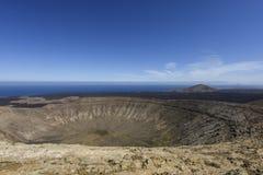 Panoramautsikt på den vita vulkaniska `en för Blanca för krater`-Caldera i den Timanfaya nationalparken, Lanzarote, kanariefågelö Royaltyfri Fotografi