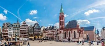 Panoramautsikt på det Romerberg stället med den Nikolai kyrkan i Frankfurt - f.m. - strömförsörjning Arkivbilder