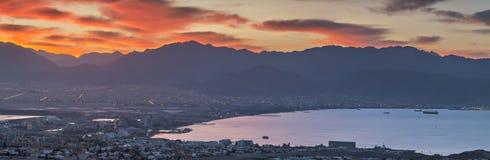 Panoramautsikt på Eilat och Röda havet från stadskullarna Arkivbild