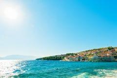 Panoramautsikt på en av många hamnar av en liten stad Postira - Kroatien, ö Brac fotografering för bildbyråer
