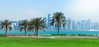 Panoramautsikt på finansiell mitt av Doha från den västra fjärden arkivfoto
