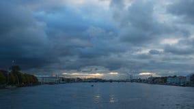 Panoramautsikt på floden Neva på aftonen Tid schackningsperiod lager videofilmer