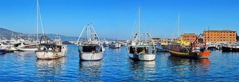 Panoramautsikt på gamla fiskebåtar i hamnen Santa Margherita, Italien Arkivbild