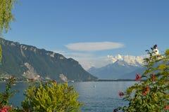 Panoramautsikt på Genève sjön Berg, kullar, grönska och blå himmel royaltyfri bild